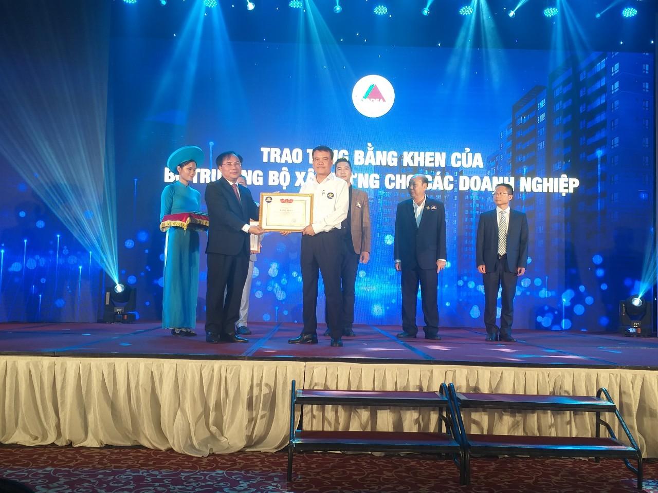 Công ty CONSTREXIM - HOD nhận bằng khen của Bộ Xây dựng đã có những thành tích vào sự phát triển của Hiệp hội Bất động sản Việt Nam năm 2019