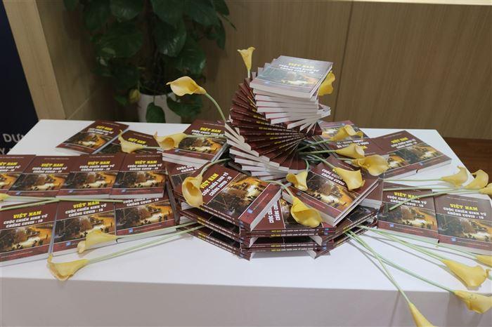 """Giới thiệu cuốn sách """" Việt Nam – Cuộc chiến sinh tử chống COVID 19"""""""